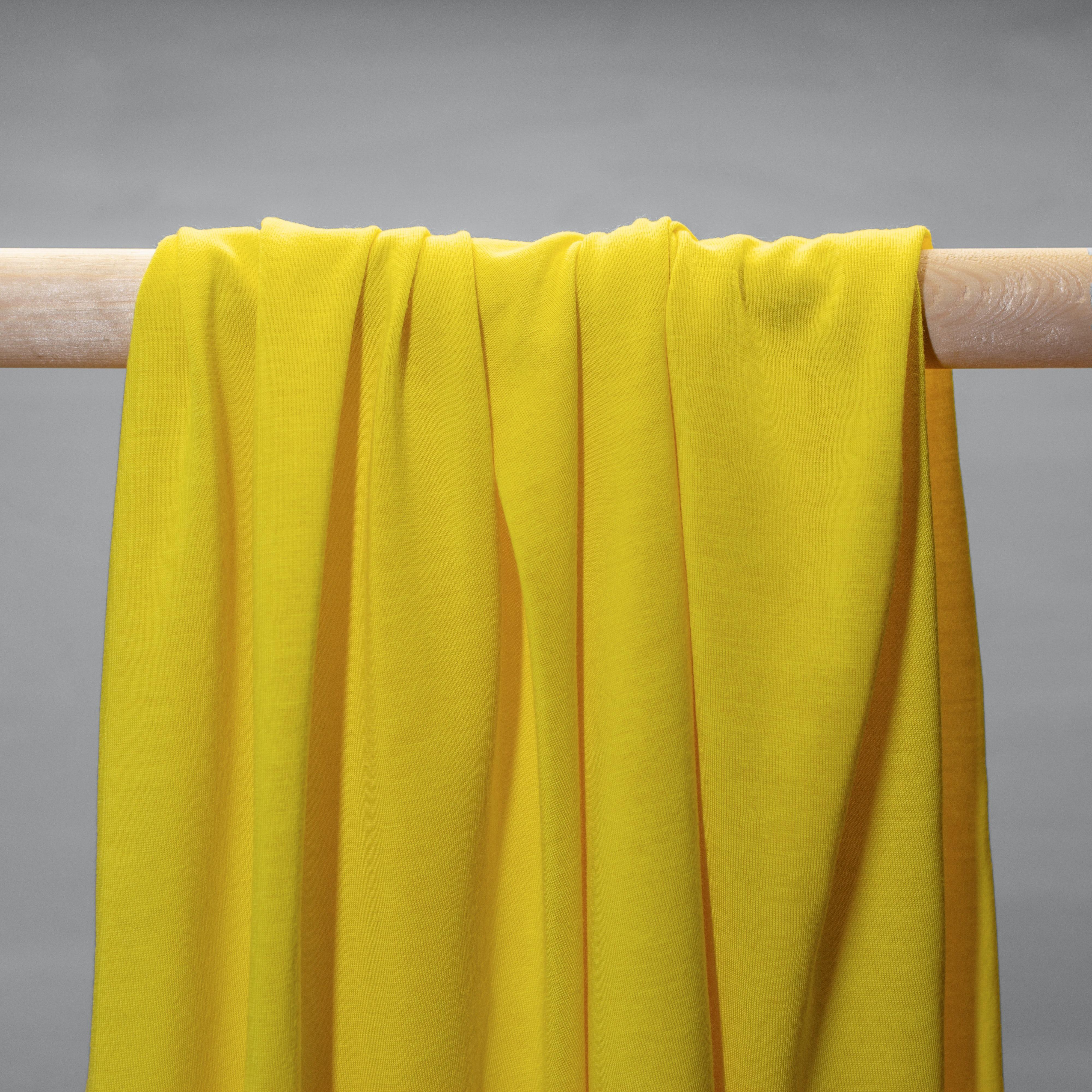 Gelber Jersey hängend in Falten.
